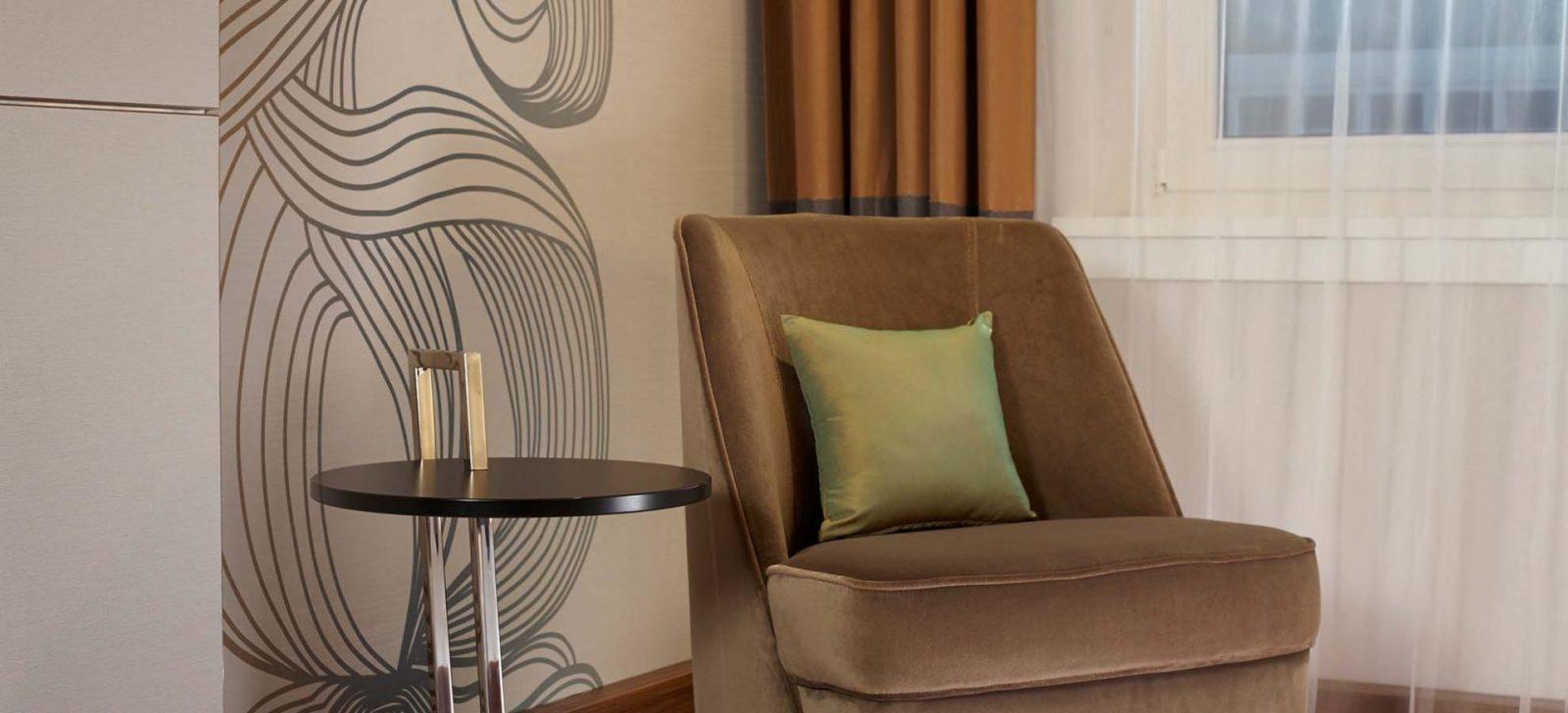 Reichshof Hotel Hamburg Zimmer Sessel / Arm chair